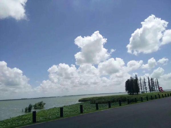 环湖散落着享誉盛名的朱家角古镇,上海大观园,东方绿洲,上海太阳岛