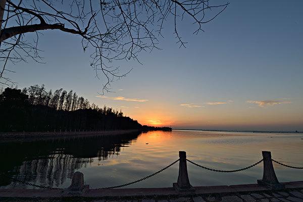 淀湖鹿鸣九里小高层住宅一期售罄,二期预计9月份推出新房源。目前主要在售湖景洋房,面积65-120平米,精装修,均价19100元/平。在售面积45-67平米的湖景公寓,可商可住可投资,均价13000元/平。还有湖景办公平层,面积85-130平米,均价10000元/平。位于上海后花园的淀山湖滨水国际商务社区,政府打造5A级旅游度假区,每年600万旅游人次。也是上海三大自然资源之一,与黄浦江,佘山齐名。 周围千灯,周庄,锦溪,朱家角等4A级景区环伺。车程均为15分钟。项目地址:江苏省昆山市淀山湖镇万园路。