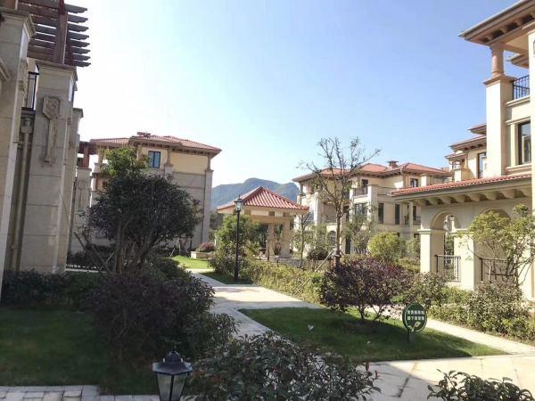 外观大气,合院采用干挂石材,建筑品质好 ③小区自带2000方幼儿园,自带