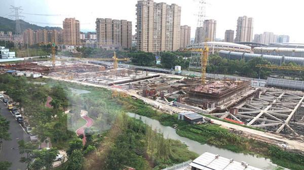 都御府总建筑面积近20万平方米,项目以10幢全高层规划领衔城市发展的高度,全高层、纯粹住区,90余米高度,全新的居住体验,打造德清居住的 风范,塑造城东CBD的理想地标。周边规划大型综合商业、生活服务配套齐全 、商场、医院、银行等一应俱全。  德清美都御府二期平台开发商热线:400-763-1618转35465 项目位置:地址位于武康新丰路与德清大道交叉口 开 发 商:美-都控-股德清置业 占地面积:53043平方米 建筑面积:201556平方米 容 积 率:3.