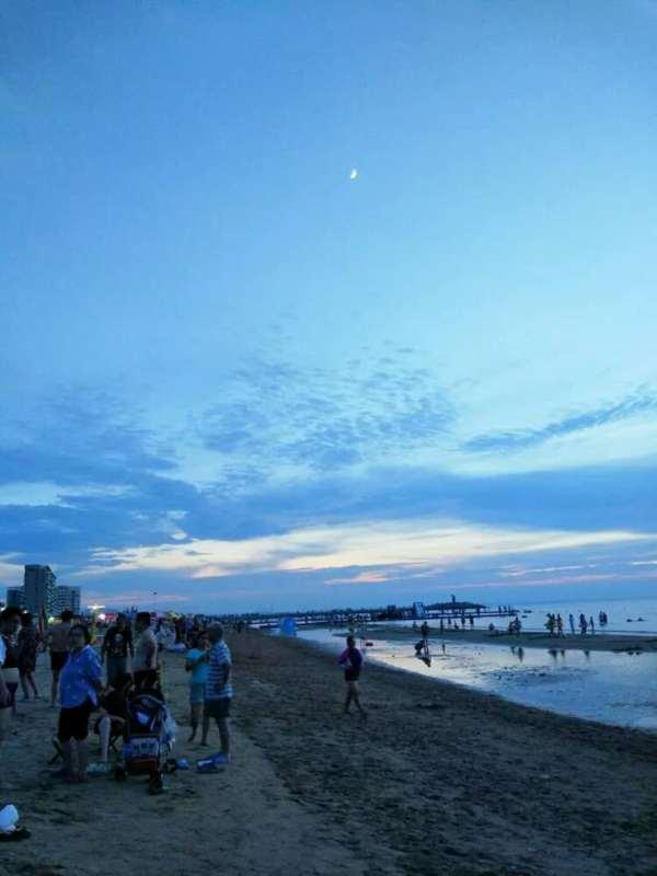 海边嬉戏的风景